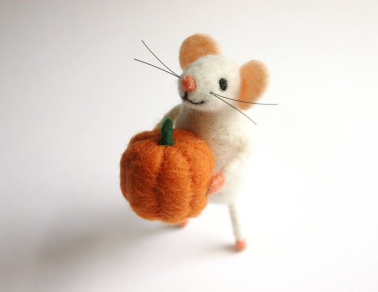 mouse with pumpkin